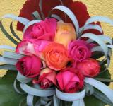Kytice z růží, listů bergénie a stříbrné trávy