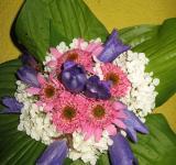 Kytička z květů třapatkovky, hortenzie, zvonků a listů bohyšky