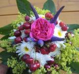 Kytička z růže, kopretin a kontryhele doplněná letním ovocem