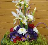 Kytice z kosatce, růží, kontryhele, doplněná dalšími kvetoucími trvalkami a ostružinami
