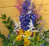 Kytice z ostrožky, čerchrav, krásnoočka, doplněná květy letního hořce aj.