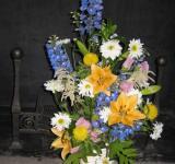 Kytice z ostrožky, lilií, kopretin, udatny, zvonků aj.