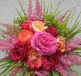 Kytice z růží, čechrav, kontryhele a listů okrasné trávy