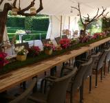 Stan s občerstvením a úžasným květinovým stolem